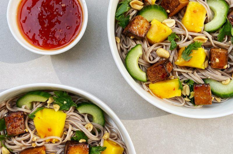 Soba noedelsalade met mango en gerookte tofu